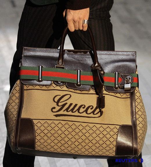 Сегодня всё чаще можно встретить мужчину со стильной сумкой в руках.